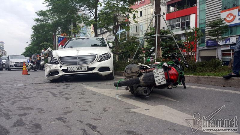 Hà Nội: Mercedes tông liên tiếp nhiều xe trên phố Xã Đàn-1
