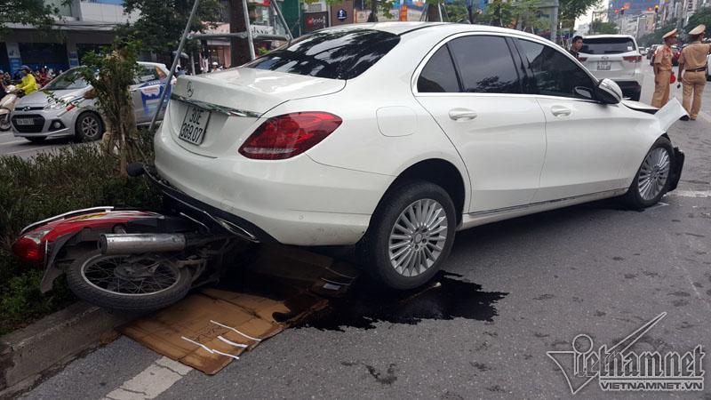 Hà Nội: Mercedes tông liên tiếp nhiều xe trên phố Xã Đàn-2