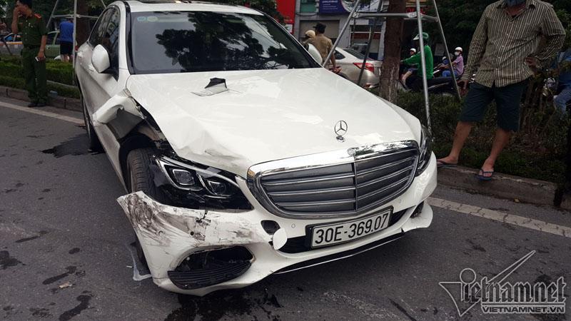 Hà Nội: Mercedes tông liên tiếp nhiều xe trên phố Xã Đàn-3