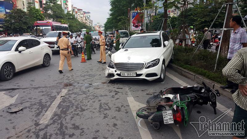 Hà Nội: Mercedes tông liên tiếp nhiều xe trên phố Xã Đàn-4