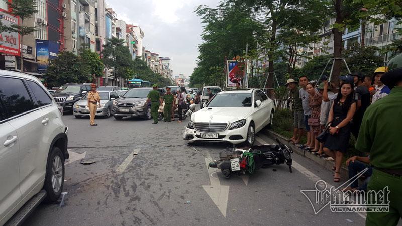 Hà Nội: Mercedes tông liên tiếp nhiều xe trên phố Xã Đàn-5