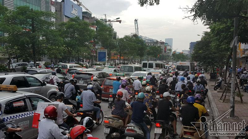 Hà Nội: Mercedes tông liên tiếp nhiều xe trên phố Xã Đàn-6