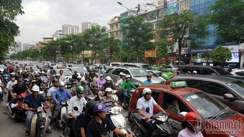 Hà Nội: Mercedes tông liên tiếp nhiều xe trên phố Xã Đàn-7