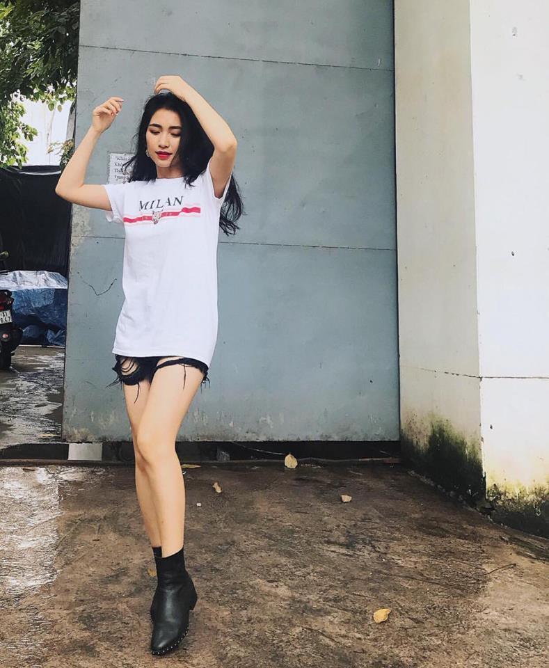 Hồ Ngọc Hà khoe chân dài miên man - Ngọc Trinh diện street style cưa sừng đón trung thu-1