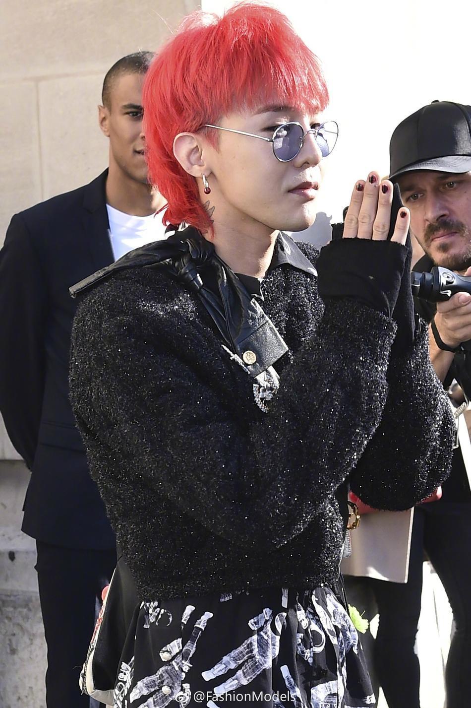 Park Shin Hye lộ mặt bóng dầu mập mạp - G-Dragon tóc đỏ chiếm sóng kinh đô thời trang Paris-4