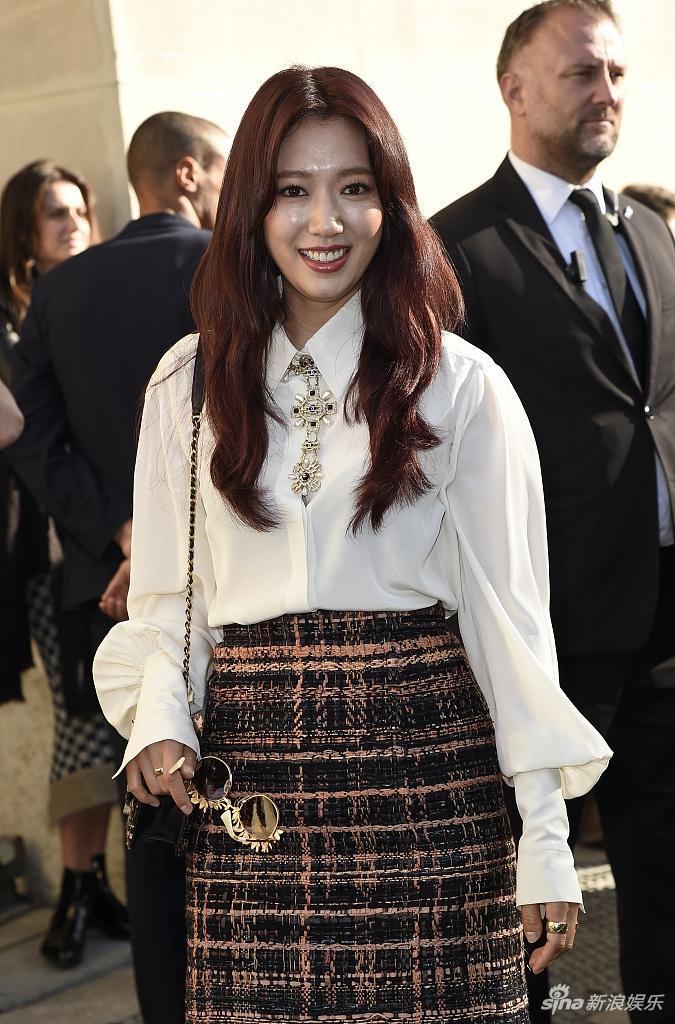 Park Shin Hye lộ mặt bóng dầu mập mạp - G-Dragon tóc đỏ chiếm sóng kinh đô thời trang Paris-2