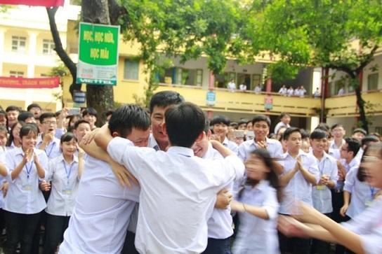 Học sinh bật khóc chia tay thầy hiệu trưởng-5