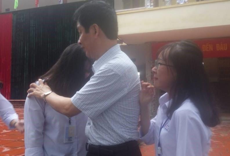 Học sinh bật khóc chia tay thầy hiệu trưởng-6