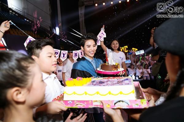 Vũ Cát Tường bất ngờ được tặng bánh sinh nhật trên sân khấu The Voice Kids-11