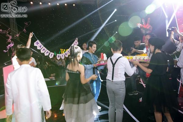 Vũ Cát Tường bất ngờ được tặng bánh sinh nhật trên sân khấu The Voice Kids-10
