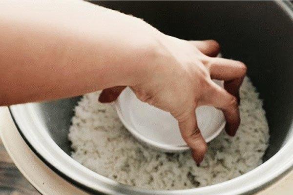 Đặt bát nước lạnh vào nồi cơm chỉ 2 phút thôi, kết quả chẳng thể nào tuyệt vời hơn-1