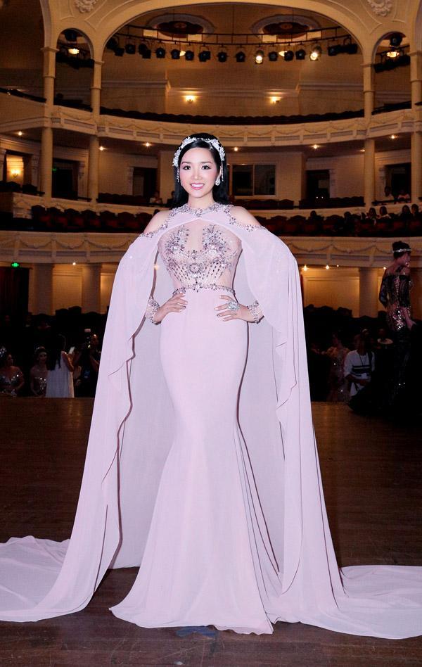 Lê Hà - Hoàng Yến lộ khuyết điểm body mũm mĩm, lọt top sao mặc xấu vì thiếu tinh tế-2