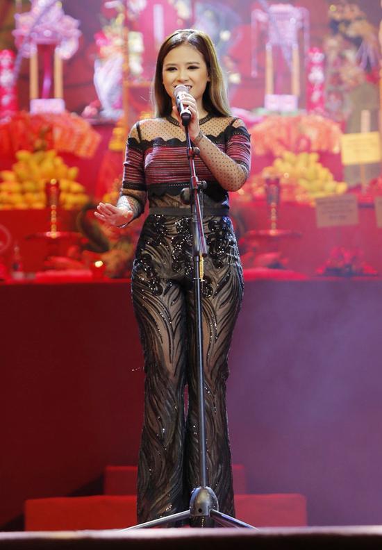 Lê Hà - Hoàng Yến lộ khuyết điểm body mũm mĩm, lọt top sao mặc xấu vì thiếu tinh tế-6