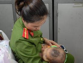 Nữ thiếu úy cho bé trai bị bỏ rơi bú sữa: 'Nếu có điều kiện, tôi sẽ xin cháu về nuôi'