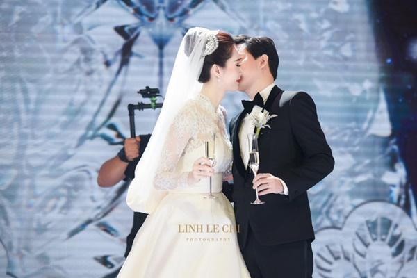 Bạn có nhận ra váy cưới của Hoa hậu Thu Thảo giống váy cưới của Công nương Grace Kelly đến bất ngờ?-2