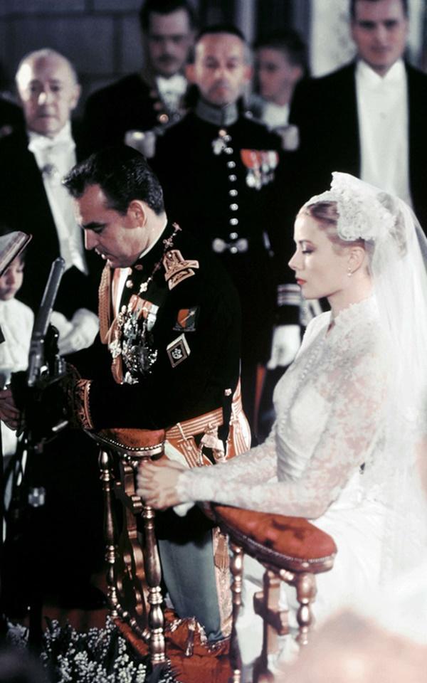 Bạn có nhận ra váy cưới của Hoa hậu Thu Thảo giống váy cưới của Công nương Grace Kelly đến bất ngờ?-7
