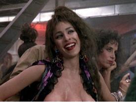 Cảnh phim khai sinh ra 'người đàn bà ba ngực' điên rồ nhất màn ảnh