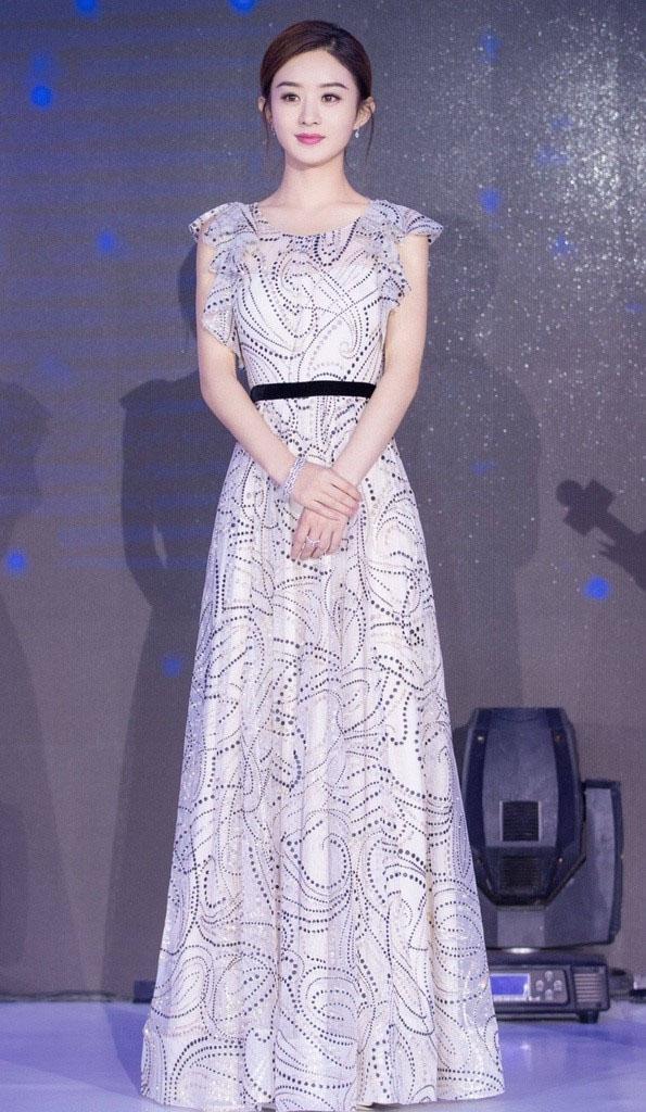 Gầy gò, ngực lép nhưng nữ diễn viên 30 tuổi vẫn luôn được khen mặc đẹp-14