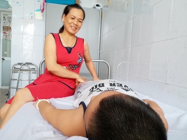 Bé trai 8 tuổi ở Hà Nội mắc bệnh lạ: Cứ ngóc đầu lên là ngất xỉu-2