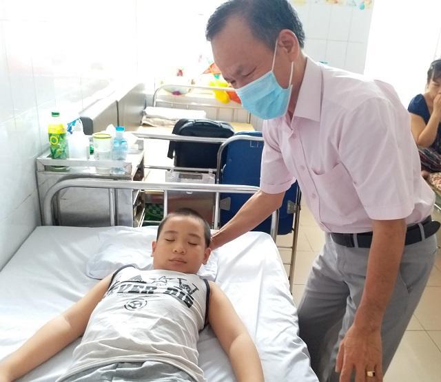 Bé trai 8 tuổi ở Hà Nội mắc bệnh lạ: Cứ ngóc đầu lên là ngất xỉu-3