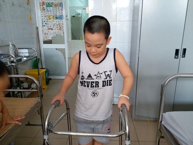 Bé trai 8 tuổi ở Hà Nội mắc bệnh lạ: Cứ ngóc đầu lên là ngất xỉu-5