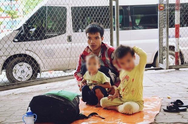 Gặp người chồng bị vợ bỏ, đưa 2 con trai đi ăn xin ở Hà Nội gây xôn xao-5