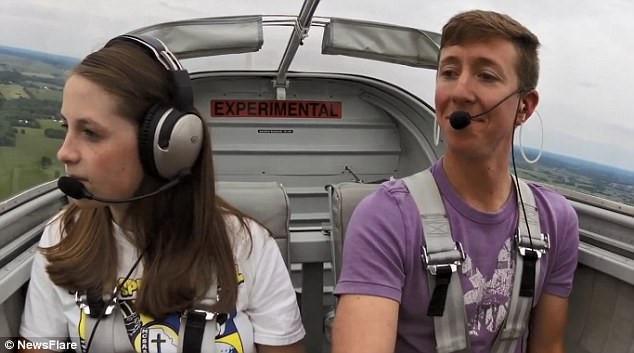 Phi công 9X bất ngờ cầu hôn bạn gái khi đang lái máy bay-1