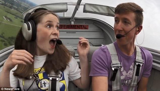 Phi công 9X bất ngờ cầu hôn bạn gái khi đang lái máy bay-2