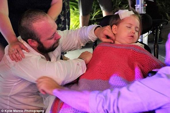 Đám cưới đẫm nước mắt của cặp vợ chồng kết hôn lần 2 vì con gái 4 tuổi sắp từ giã cõi đời-4