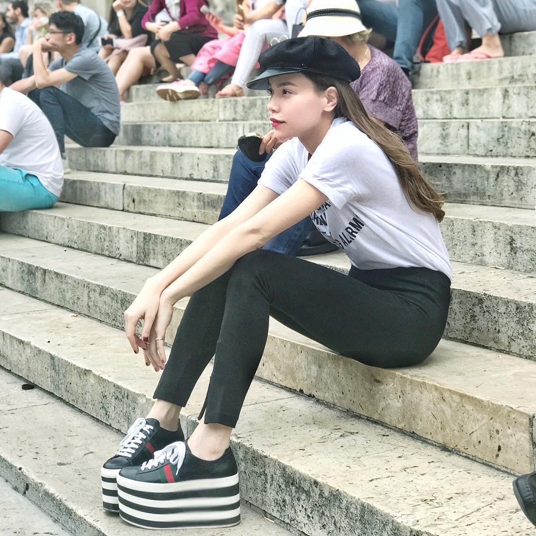 Hà Hồ diện giày bánh mì kiện tướng 20cm, fan thảng thốt hỏi: Chị mang đôi này thì cao 2 mét ư?-1