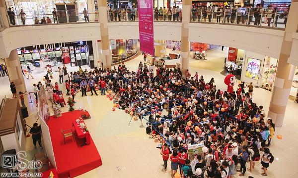 Không chỉ có khán giả trẻ, fan lớn tuổi cũng xếp hàng xin chữ ký Sơn Tùng M-TP-1