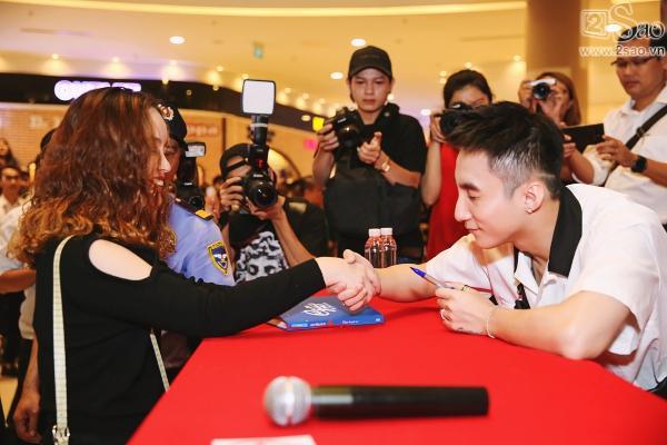 Không chỉ có khán giả trẻ, fan lớn tuổi cũng xếp hàng xin chữ ký Sơn Tùng M-TP-5