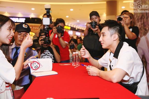 Không chỉ có khán giả trẻ, fan lớn tuổi cũng xếp hàng xin chữ ký Sơn Tùng M-TP-7