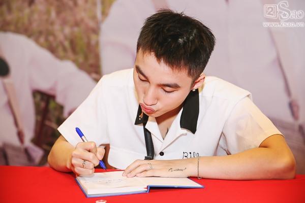 Không chỉ có khán giả trẻ, fan lớn tuổi cũng xếp hàng xin chữ ký Sơn Tùng M-TP-10