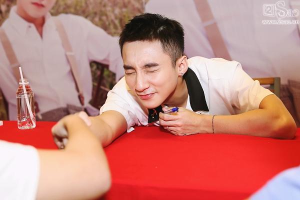 Không chỉ có khán giả trẻ, fan lớn tuổi cũng xếp hàng xin chữ ký Sơn Tùng M-TP-11