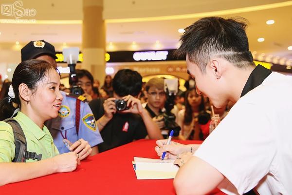 Không chỉ có khán giả trẻ, fan lớn tuổi cũng xếp hàng xin chữ ký Sơn Tùng M-TP-12