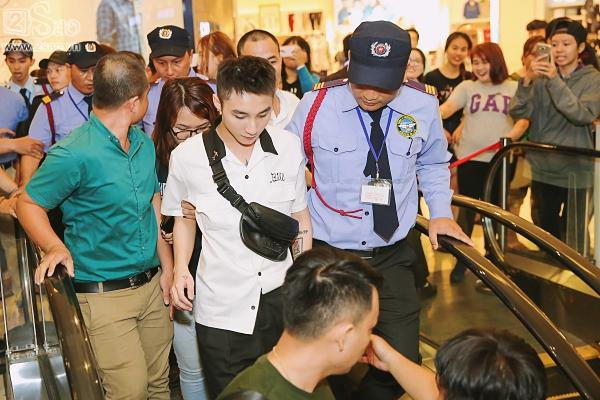 Không chỉ có khán giả trẻ, fan lớn tuổi cũng xếp hàng xin chữ ký Sơn Tùng M-TP-14