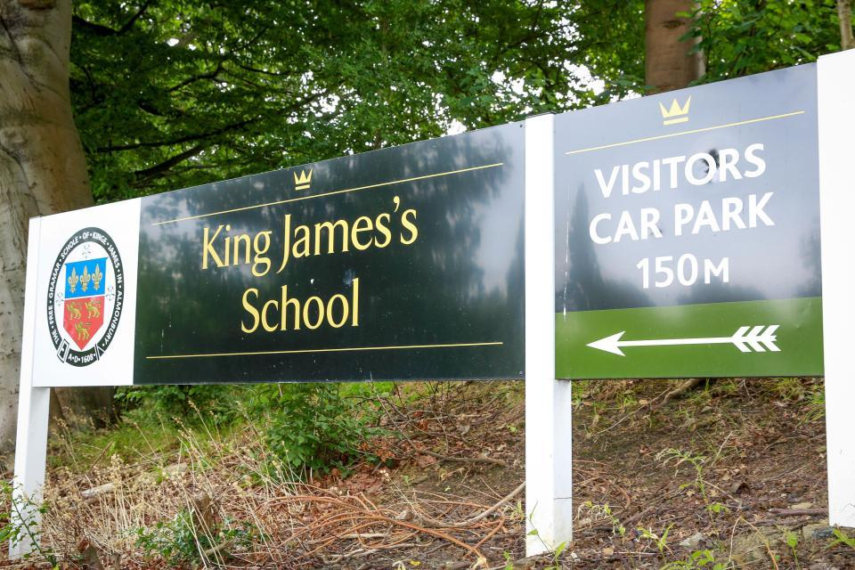 Nội quy trường bạn chưa là gì với 40 điều cấm hoàn toàn ở một trường cấp 2 tại Anh-1