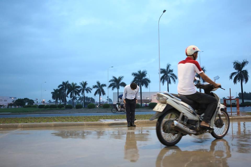 Hình ảnh được chia sẻ nhiều nhất hôm nay: Ông chủ người Nhật đội mưa, cúi gập người chào khách-4
