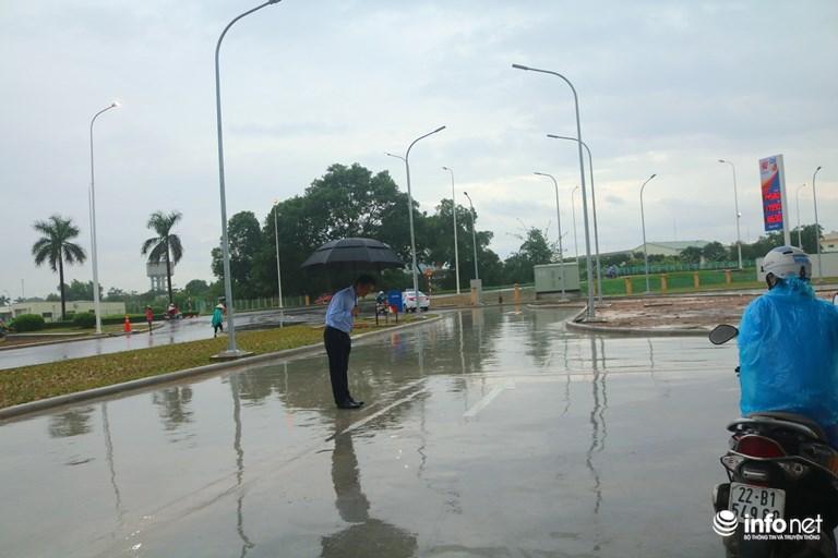 Hình ảnh được chia sẻ nhiều nhất hôm nay: Ông chủ người Nhật đội mưa, cúi gập người chào khách-3