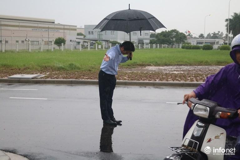 Hình ảnh được chia sẻ nhiều nhất hôm nay: Ông chủ người Nhật đội mưa, cúi gập người chào khách-2