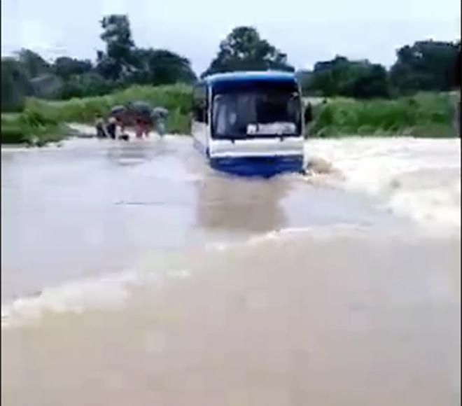Hãi hùng xe buýt chở 47 học sinh chết máy giữa dòng nước lũ-1