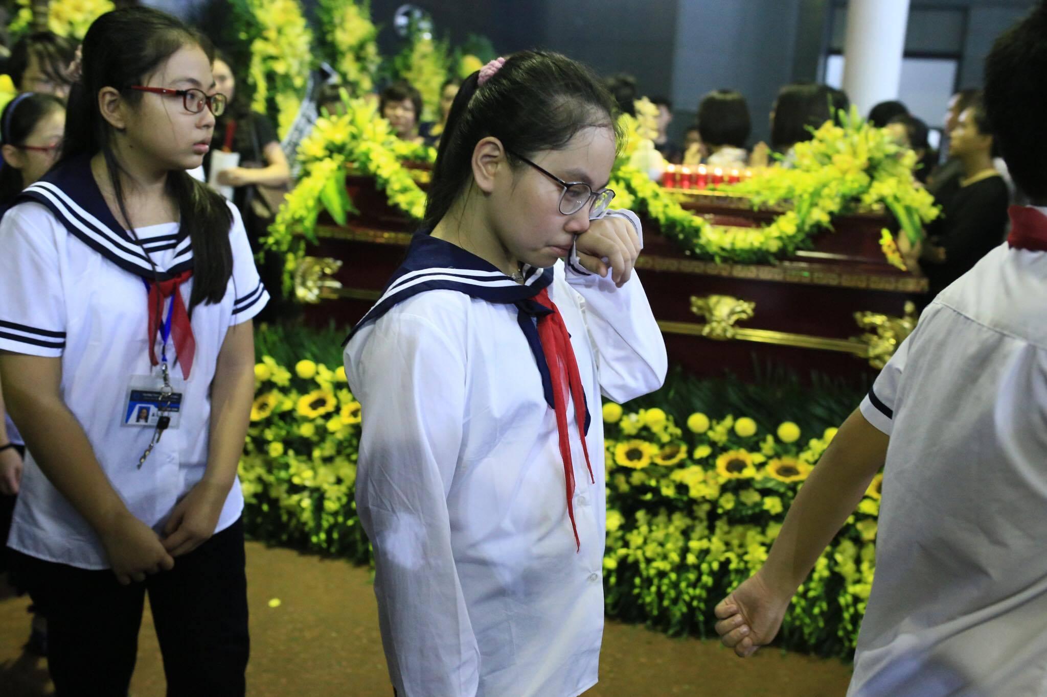 Nước mắt học sinh Lương Thế Vinh gửi thầy Văn Như Cương ngập tràn tang lễ-13
