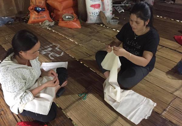 Sạt lở ở Hòa Bình: Khóc ngất kể phút đất vùi 4 người thân-1