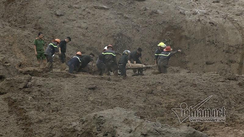 Sạt lở ở Hòa Bình: Khóc ngất kể phút đất vùi 4 người thân-6