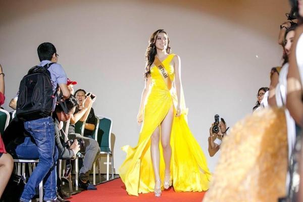 Huyền My đứng top mặc đẹp nhất thảm đỏ với váy vàng lộng lẫy tại Miss Grand International 2017-2