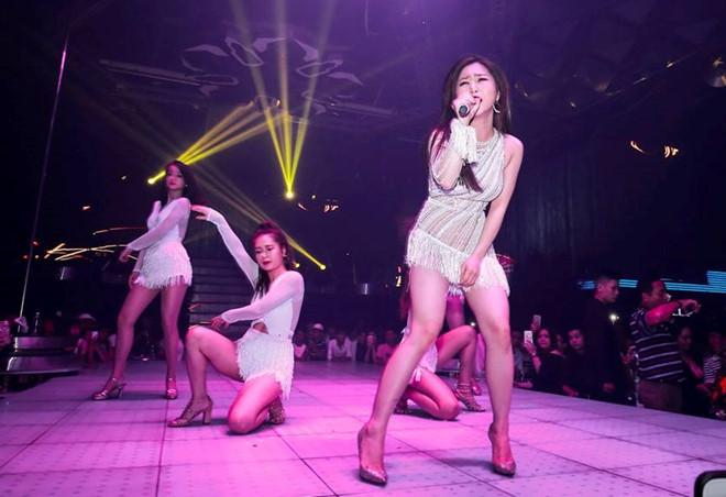 Hương Tràm lên tiếng về trang phục diễn bị chê phản cảm: Do ánh sáng ở quán bar-2