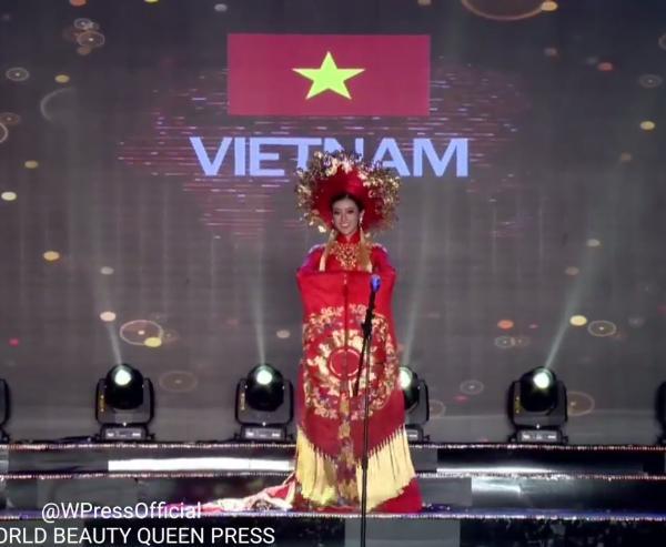 Huyền My trong héo ngoài tươi với quốc phục nặng 30 kg trên sân khấu Miss Grand International 2017-2