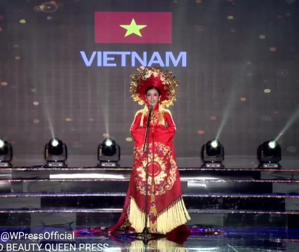 Huyền My trong héo ngoài tươi với quốc phục nặng 30 kg trên sân khấu Miss Grand International 2017-3