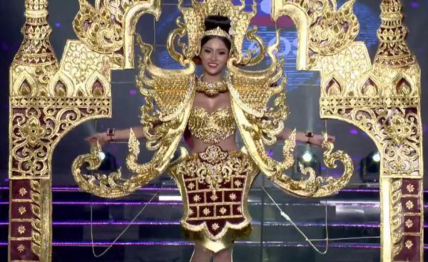 Huyền My trong héo ngoài tươi với quốc phục nặng 30 kg trên sân khấu Miss Grand International 2017-14